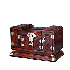 Vue de 3/4 de la grande boîte à bijoux en bois sculpté (fermée)