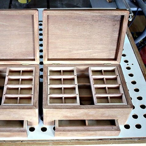 2 boîtes brutes équipées (tiroirs + plateaux) avec couvercles ouverts