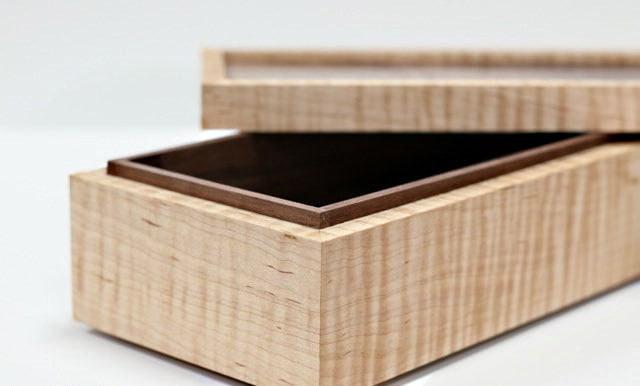 La boîte fabriquée ici est montrée avec son couvercle ouvert