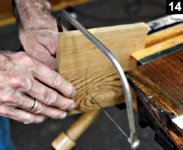 La découpe du couvercle de la boîte à bijoux est réalisée avec une scie à chantourner