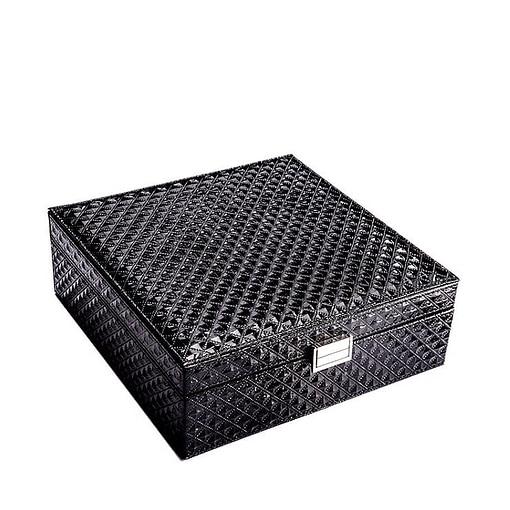 Vue de 3/4 de la boîte à bijoux en cuir matelassé (fermée)