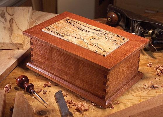 Boîte à bijoux en bois faite à la main avec outils autour