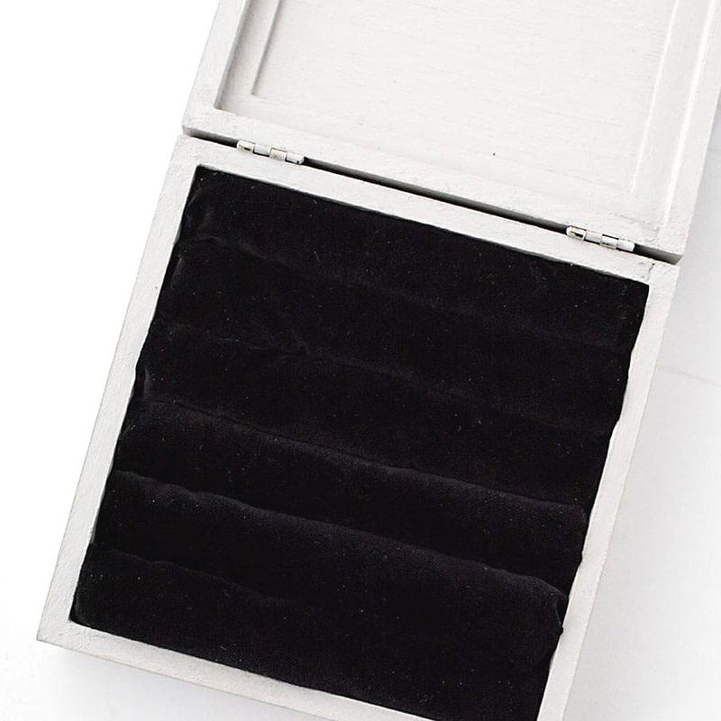 Boîte ouverte présentant son intérieur en tissu velours noir
