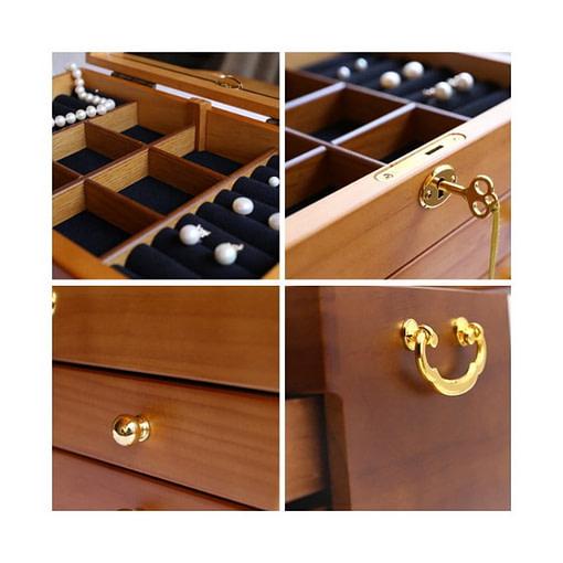 collage de 4 photos détaillant les tiroirs et la serrure de la boîte à bijoux en bois brut