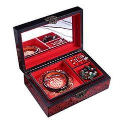 Boîte 'Phénix doré' ouverte avec bijoux sur le plateau supérieur