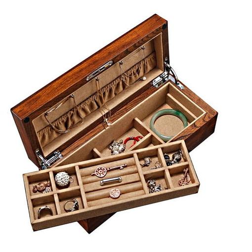Vue de 3/4 de la boîte en bois brut avec son plateau amovible