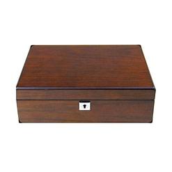 Vue de face de la boîte en bois de luxe (fermée)
