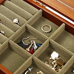 Zoom sur le plateau supérieur de la boîte à bijoux en bois avec miroir