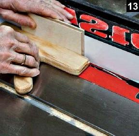 Autre coupe des parois de la boîte à bijoux en bois rectangulaire sur table à scier avec guide