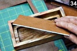 Une doublure en tissu a été appliquée sur le fond de la boîte à bijoux en bois rectangulaire