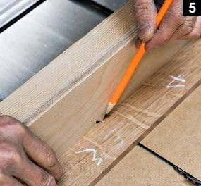 Marquage d'une autre planche boîte à bijoux en bois rectangulaire avant découpe