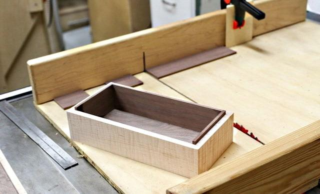 Vue de la boîte lors de l'ajustement des doublures intérieures