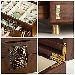 Détails de la boîte à bijoux en bois sculpté (charnière, pied, compartiments et motif sculpté)