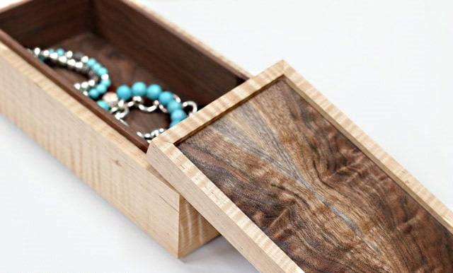 Une photo de la boîte, couvercle ouvert et bracelets à l'intérieur