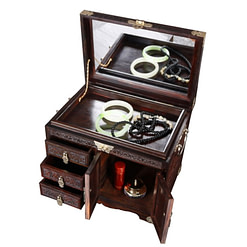 Vue de 3/4 de la grande boîte à bijoux en bois artisanale (ouverte, avec bijoux)