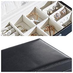 Collage de 2 photos détaillant l'intérieur (avec bijoux) et le dessus de la boîte
