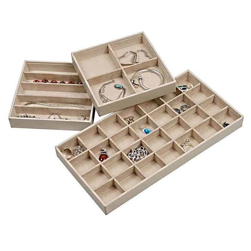 Vue de 3 plateaux à bijoux compartimentés de différentes tailles
