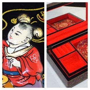 Boîte 'Folklore chinois' ouverte présentant miroir, plateau amovible et détail du dessin