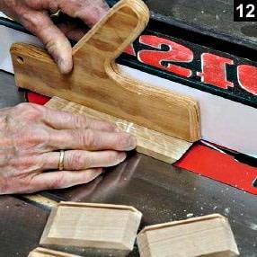 Coupe des parois de la boîte à bijoux en bois rectangulaire sur table à scier avec guide