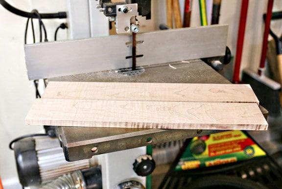 Les panneaux sup. & inf. sont disposés sur une table de sciage avant leur découpe