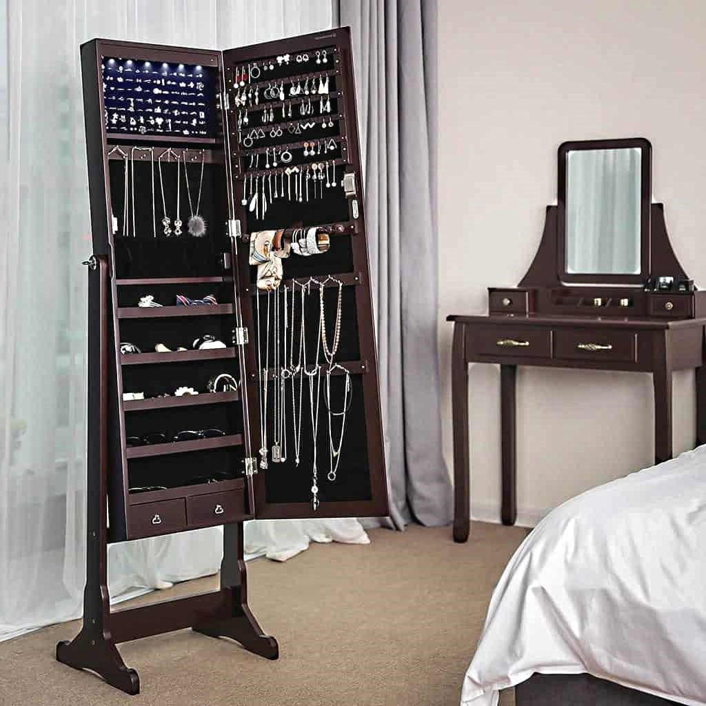 Armoire à bijoux en bois ouverte dans une chambre à coucher
