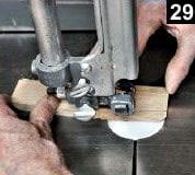 La forme du double fond est découpée à l'aide d'une scie à ruban