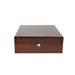 Vue de face de la boîte en bois précieux (fermée)