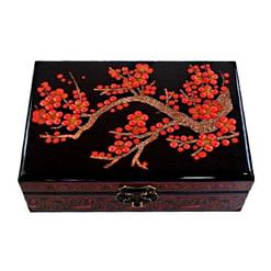 Dessus de la boîte représentant les fleurs rouge d'un cerisier