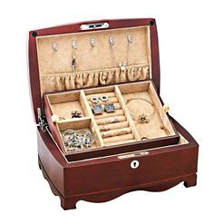 Vue de 3/4 de la boîte en bois vintage (ouverte avec couvercle relevé et remplie de bijoux)