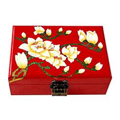 Dessus de la boîte représentant les fleurs blanches d'un prunier sur fond rouge