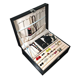 Vue de 3/4 de la boîte à bijoux en cuir imitation croco, ouverte avec bijoux