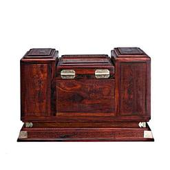Vue arrière de la grande boîte à bijoux en bois sculpté