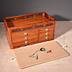 Tapis supérieur de la grande boîte à bijoux en bois originale (enlevé et posé sur une table)