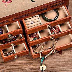 Vue des compartiments ouverts de la grande boîte à bijoux en bois originale