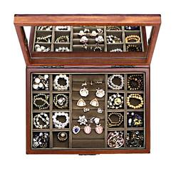 Vue de dessus du plateau supérieur de la boîte à bijoux en bois fleurs (avec bijoux)