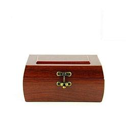 Vue de face de la boîte à bijoux en bois fermoir (fermée)