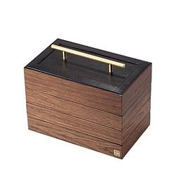 Vue de 3/4 de la boîte à bijoux en bois 'quadri compartiments' (fermée)