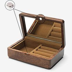 Vue de 3/4 de la boîte à bijoux en bois de voyage (ouverte, détails)