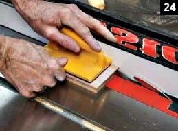 Suite de la découpe de la languette faisant le pourtour du fond de la boîte à bijoux en bois rectangulaire