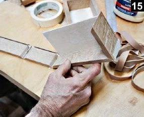 Les parois et le fond de la boîte à bijoux en bois rectangulaire sont collés