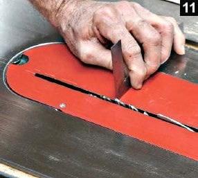 La hauteur de la scie de table est réglée à 5 mms pour une coupe.