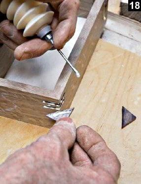 Les inserts en onglets sont encollés avant d'être insérés dans les rainures