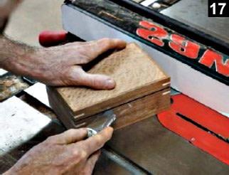 utilisation d'un couteau pour vérifier la coupe du couvercle de la boîte à bijoux en bois plaqué
