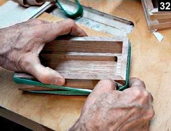 Les parois de la boîte à bijoux à double fond sont maintenues par un élastique