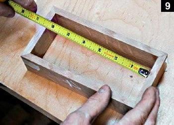 Les côtés de la boîte étant scotchés, les distances intérieures sont mesurées...