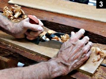 Rabotage d'une planche de la boîte à bijoux à couvercle pivotant
