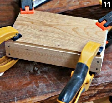Le fond de la boîte à bijoux à couvercle pivotant est collée avec ses parois ; l'ensemble est maintenu grâce à des pinces