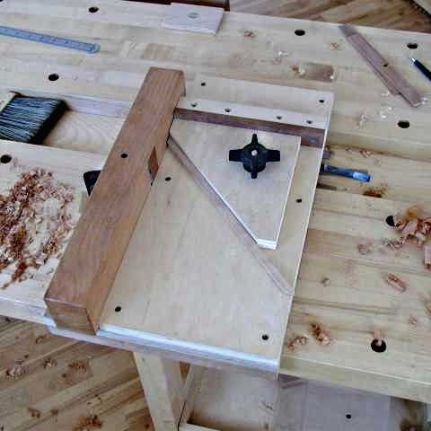 Plan de travail présentant une boîte en cours de détourage