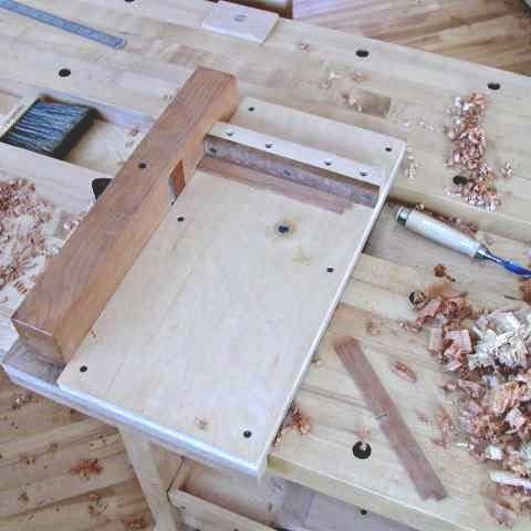 Plan de travail présentant une boîte en cours d'équerrage