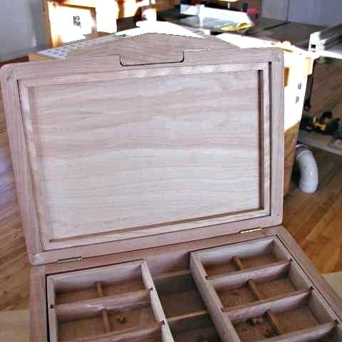 Boîte ouverte avec zoom sur l'intérieur du couvercle
